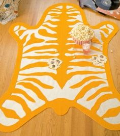 Alfombra cebra para habitación infantil. Tutorial www.lasmanualidades.com/2010/11/29/como-hacer-una-alfombra-para-un-dormitorio-infantil
