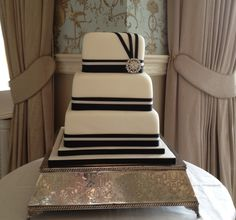 Stunning wedding cake - perfect for a #blackandwhitewedding!
