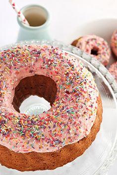 Tarta de cumpleaños en forma de donuts de fresa con sprinkles