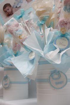 Centro de mesa de Bautizo con lata de leche decorada y brocheta de chuches en tonos celeste y blanco