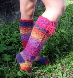 Rainbows & Laces, crochet socks by Sarah jane ! pattern available on Ravelry ~ love the color!