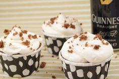 Cupcakes de Cerverza Guinness con frosting de queso.