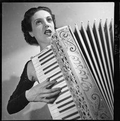 """Line Viala, 1910-1998, französische Sängerin und Schauspielerin, spielte Akkordeon. Foto von François Kollar aus dem Jahre 1932. Sang 1938 """"Yes Sir"""" im Film """"Paramata"""" mit Zarah Leander: http://youtu.be/JqfABSoxCiE Stichworte: #Accordion #Player #Art #Photography #Vintage #Celebrity"""