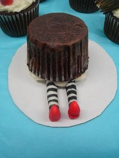 Ding-dong the witch is dead cupcake: Could an easier version be made with b/w striped straws and red jellybeans (or something) for shoes?