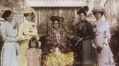 """1903  Empress Dowager Cixi and wife of foreign ambassadors. It is said that the scarf that looks like a fish net which Cixi is wearing is made with pearls.  一九零三年,慈禧太后和各国大使夫人的合影,老太太披的那个""""渔网"""",据说都是珍珠织成,但表情就明显土了些,看来照相对老佛爷来说也是个稀罕事。"""