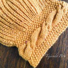 Boina tejida en dos agujas en punto inglés con una trenza irregular en el borde!El paso a paso está en nuestra web: tejiendoperu.com