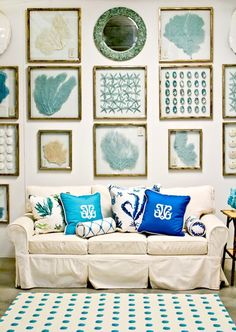 Amazing 37 Sea and Beach Inspired Living Rooms : 37 Sea And Beach Inspired Living Rooms With White Wall With See Ornaments And Sofa Pilloe Carpet And Table With Flower Decor