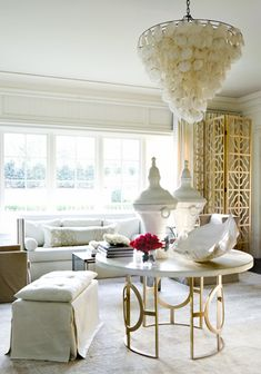 Room by Melanie Turner..oh so glam and beautiful! ... BUT ... My eyes went straight to two things ..... that FABULOUS SCREEN & that CHANDELIER ... followed closely by the MATCHING URNS ... &, of course, the GIANT CLAM SHELL ... & the TABLE ..... Who am I kidding? ... LOVE IT ALL!!!