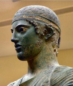 """Regilla ⚜ ~ """"Auriga di Delfi"""" L'autore del capolavoro è ignoto; le ipotesi maggiormente veritiere rintracciano la paternità della statua in Sotade di Tespie, in Pitagora di Reggio o in Pitagora di Samo."""