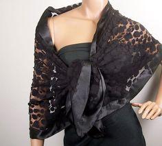 Olhar elegante e deslumbrante com o envoltório noite de ponto de crochê projeto. Envoltório tem lisa, borda de cetim de luxo. Medidas 22 cm de largura x 72 cm de comprimento.  Este item de vestuário feminino é grande para que a noite na cidade também.