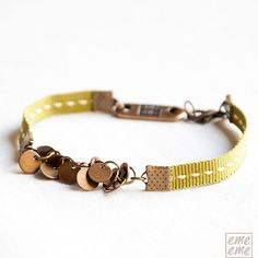 Bracelet Antique gold-plated brass charms and green ribbon #emeeme #jewelry #jewelery #spain #etsy #bisuteria #bracelet #pulsera #ribbon #charm #brass
