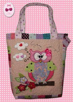 Bolsa, em tecido 100% algodão, com aplique de coruja bordado a mão e a máquina, bolso interno e externo. R$ 140,00