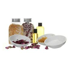 Has losing that hour and the lighter evenings left you feeling all out of sorts. Sometimes your body needs the #spring put back into it. A luxurious #bath soak kit that makes a unique gift for someone who needs a bit of #pampering.