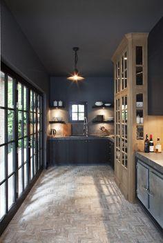 deep grey kitchen with pale wood - Keuken