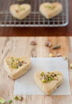 3 1/2 cups of roasted chickpea flour (I used roasted and unroasted chickpea flour 1:1)  1 cup butter, cut into cubes  1 cup of powdered sugar  2 teaspoons of ground cardamom  1 tablespoon of rose water  ground pistachios