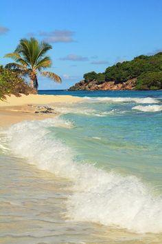 ✮ Surf rolls onto the beach at little Sandy Spit Cay, British Virgin Islands
