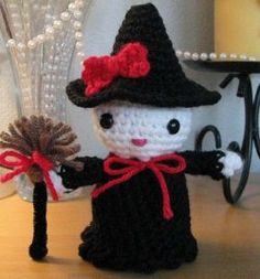 For those of you who like Hello Kitty and all the products then you'll love this Hello Kitty crocheted witch. It's great to make for Halloween, just add it to your collection of decorations.