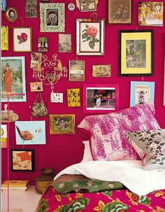 India Style - Pink walls and framed pictures