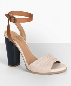 #Levis tri-tone sandals are perfect for a neutral summer look