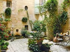 the Tuscan patio of the Albiousse guest house, Uzes, France | Patrice Binet, Art & Décoration