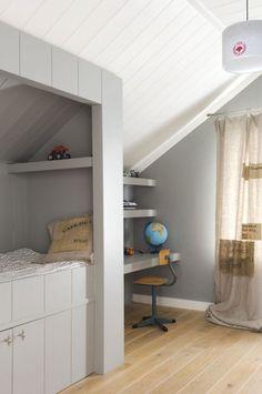 Kinderkamer met schuine wand on pinterest wands closet for Interieur ideeen jongenskamer