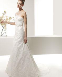 ZEN - Vestido de encaje con pedrería y flor en color natural.71T91 Diadema Nancy con pedrería en color natural.