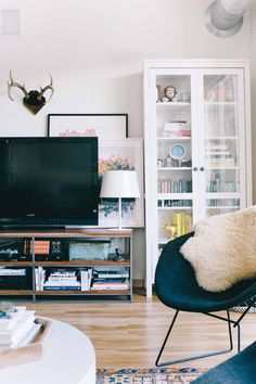 Kate Arends' Minneapolis Apartment Tour #theeverygirl #livingroom #inspiration #witanddelight