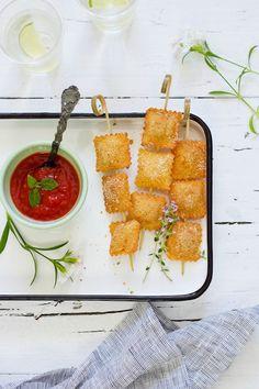 Raviolis fritos con salsa alla marinara