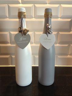 Vaasjes gemaakt van oude wijnflessen