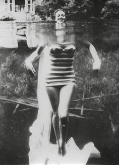 """Photographe anonyme """"Elle a perdu la tête"""", 1962 Tirage argentique d'époque."""