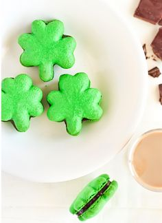 st. patrick's day, st. patricks day, st. patty's day, st. pattys day, french macaroon, macaroon, st. patrick's day macaroon, st. patricks day macaroon, st. patty's day macaroon, st. pattys day macaroon, four leaf clover, clover, shamrock, four leaf clover macaroon, clover macaroon, shamrock macaroon, chocol ganach, chocolates, dessert recipes, little cakes, cooki, macaroon, st patricks day, st patti, bailey chocol