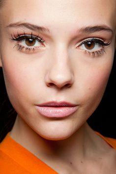 Simple cat eye, nude lips. love this makeup look.