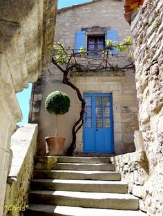 L'escalier à Lacoste - Provence, France.  ASPEN CREEK TRAVEL - karen@aspencreektravel.com
