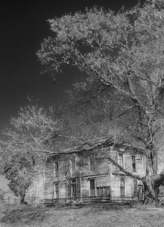 Abandoned Farmhouse IR    This is an abandoned farmhouse that I found on my way to Warsaw Missouri