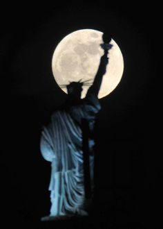 ホテルにある「自由の女神」像とスーパームーン=5日、コソボの首都プリシュティナ(AP)