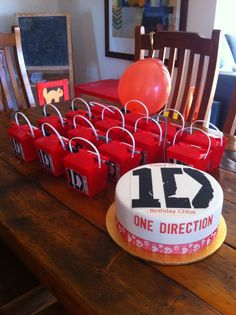 #Noodle boxes create a great look on the buffet table next to the #birthday #cake ! Choose bright colours to theme up your #party and add fun party #favors and #1D stickers. This image shows red noodle #boxes for a #OneDirection party. Currently priced $9.95 buy 10 and receive an extra noodle box for that unexpected party guest or sibling you forgot ! www.24-7partypaks.com.au cake idea, briana birthday, amber birthday, 1d parti, parti idea, direct parti, 1d birthday, birthday cakes