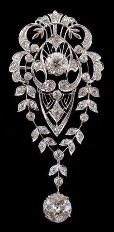 *EDWARDIAN PLATINUM 4.66 CTW DIAMOND BROOCH Ca. 1910-1920: Effervescent Edwardian open filigree platinum brooch with an approx. 1.84 Ct old European cut diamond.