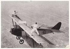 Jugando al tenis sobre un aeroplano en pleno vuelo (Inglaterra, 192X)