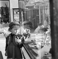 Der Bildband Berlin um 1950: Fotografien von Ernst Hahn zeigt Berlin zwischen Verfall und Wiederaufbau.