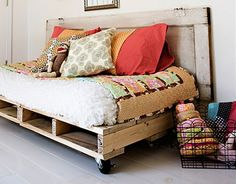 pallet daybed. love.