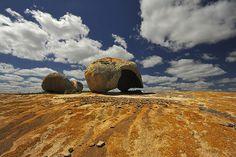 Encontro do céu e da terra. Lajedo do Pai Mateus, Cabaceiras-PB, foto de Grace Downey e Robert Ager que integra a mostra Traços do Brasil (Foto: Divulgação)