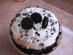 Oreo cake is so easy and will make you look really good when you serve it! http://www.texansunited.com/blog/making-a-texas-oreo-cake-yum/