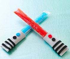 Cool off with a #StarWars-inspired snack! The handy saber sleeves keep hands from getting frozen.