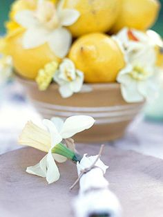 Daffodils and lemons — what a pretty pair to display! For more spring centerpiece ideas: http://www.midwestliving.com/homes/entertaining/spring-centerpieces/