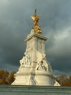 Victoria Monument in front of Buckingham Palace.