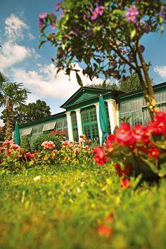 Enjoy the sunny times at one of the many Konventgardens of the Abbey Klosterneuburg. #austria #sunny #summer #garden #klosterneuburg #flowers #relax #summertime #visitaustria