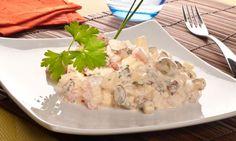 Ensaladilla de calabacín. Receta de ensaladilla de calabacín a base de verduras (calabacín, tomate, pepinillos...) cortados en dados con huevo y queso feta servida con mayonesa. #ensaladilla #calabacin