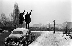 A couple waves to relatives over the Berlin Wall, Christmas 1961. Ph. Léon Herschtritt