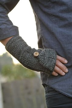 Borough pattern by Veronica O'Neil. Heavy duty protection. Free PDF for these convertible mitts.