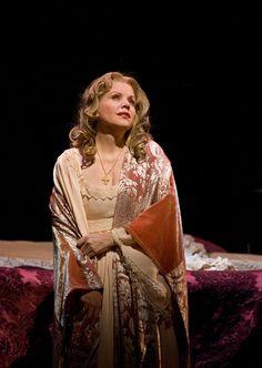 "Renée Fleming as Desdemona in Verdi's ""Otello.""  Photo: Ken Howard/Metropolitan OperaRenée Fleming as Desdemona in Verdi's ""Otello.""  Photo: Ken Howard/Metropolitan Opera. Temporada 2012-2013"